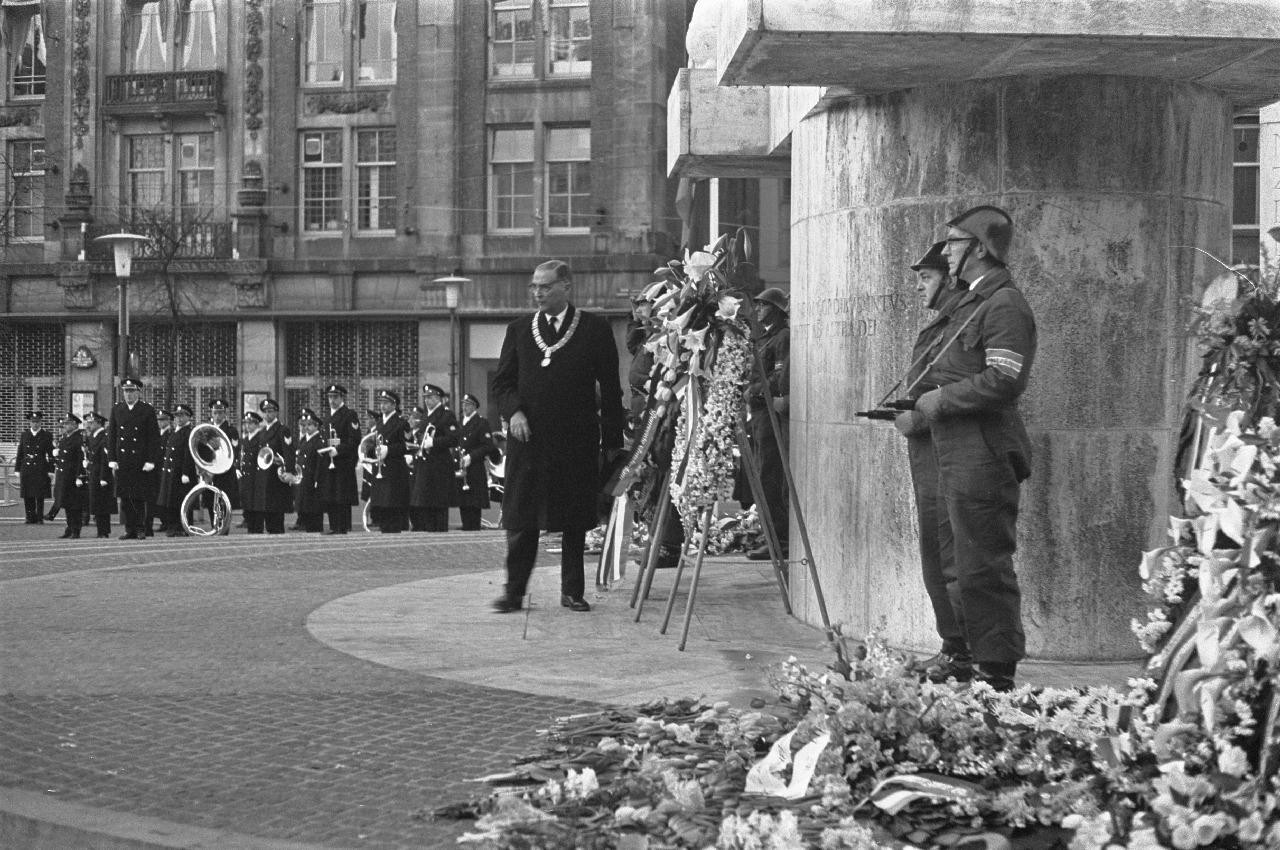 Dodenherdenking_1967_op_de_Dam_in_Amsterdam,_burgemeester_Van_Hall_bij_de_kranslegging_-_NL-HaNA_2.24.01.05_0_920-2973_WM063