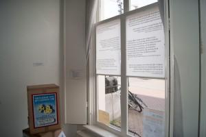 [10] & [11]: Links de zuil van het thema Het vervolg, met daarop het affiche 'Socialisme van den nieuwen tijd' (1943). Op de ramen zijn de citaten zichtbaar.