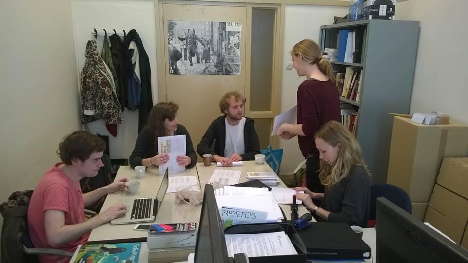 De Arti-groep aan het werk in Claartjes kantoor
